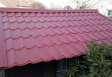 vernieuwen van tuinhuis met metalen dakpanelen